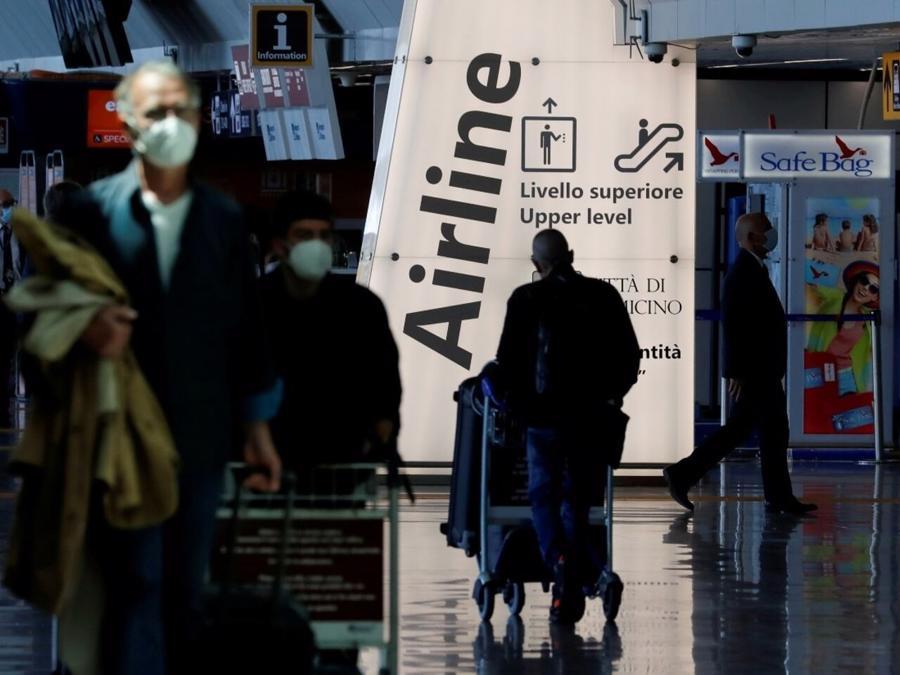Hành khách tại sân bay Fiumicino gần Rome, Italy ngày 17/5 - Ảnh: Reuters