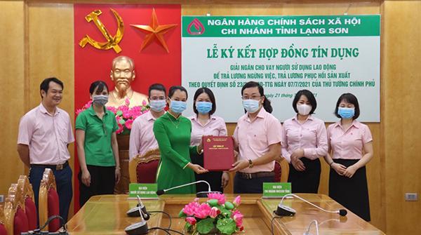 Đại diện NHCSXH tỉnh và đại diện Công ty TNHH Vận tải Công nghệ Mai Linh Lạng Sơn ký kết hợp đồng tín dụng trả lương ngừng việc cho người lao động.