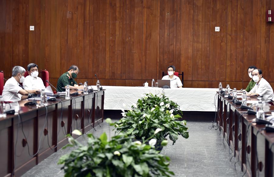 Phó Thủ tướng Vũ Đức Đam và các thành viên Tổ công tác đặc biệt của Chính phủ về phòng, chống COVID-19 tại điểm cầu Cục Hành chính - Quản trị II (Văn phòng Chính phủ), TP.HCM - Ảnh: VGP