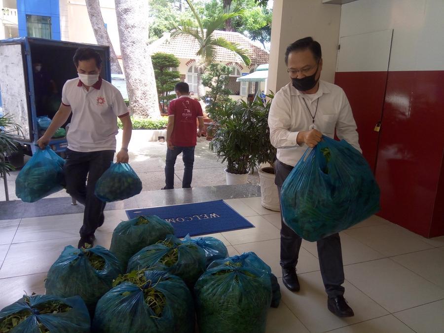 Khoảng 25 tấn rau củ quả do 3 doanh nghiệp chuyển về từ Tiền Giang để hỗ trợ người dân TP.HCM