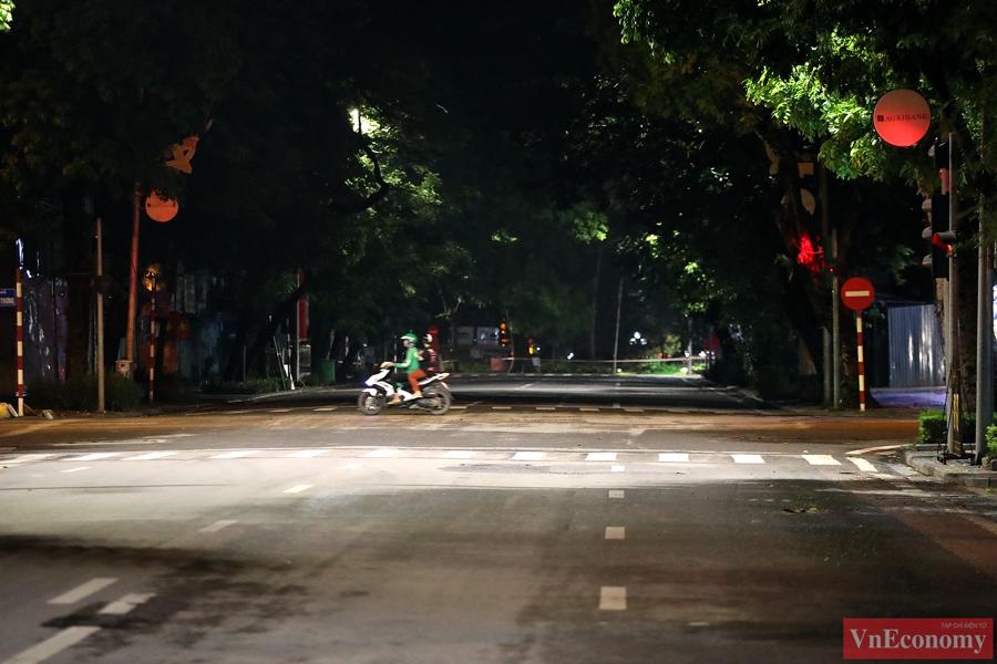 Hà Nội: Người dân vội trở về nhà đêm trước ngày giãn cách - Ảnh 2