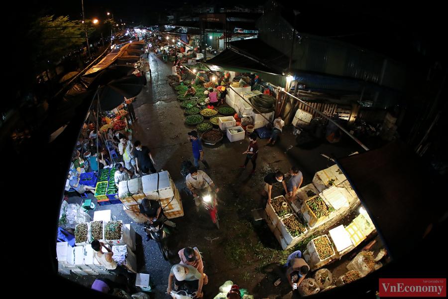 Khu vực đông đúc duy nhất của thủ đô có lẽ là chợ đầu mối Long Biên. Đây là khu chợ chuyên kinh doanh hoa quả nông sản thực phẩm, hoạt động 24 giờ/ngày chủ yếu là về đêm.