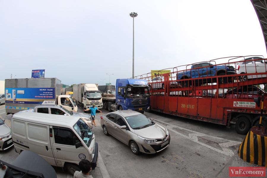 Ngày đầu tiên Hà Nội thực hiện giãn cách xã hội, hàng loạt xe ô tô đã phải quay đầu vì không được phép đi vào Hà Nội.