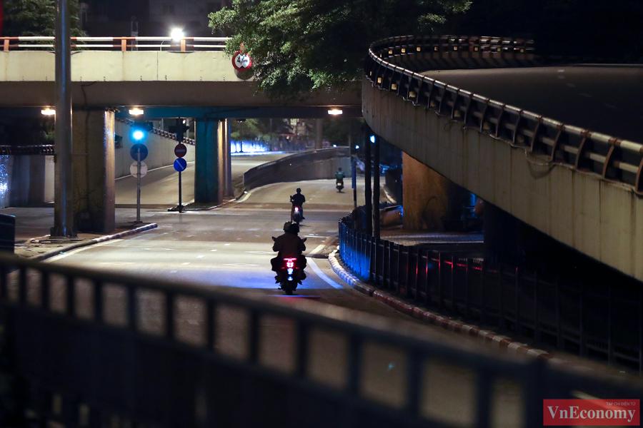 Hà Nội: Người dân vội trở về nhà đêm trước ngày giãn cách - Ảnh 4