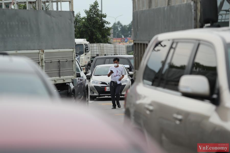 Dù có giấy xét nghiệm Covid-19 nhưng một số lái xe vẫn không được đi qua trạm do phương tiện không nằm trong danh mục được ưu tiên mà Sở Giao thông vận tải TP. Hà Nội công bố trước đó.