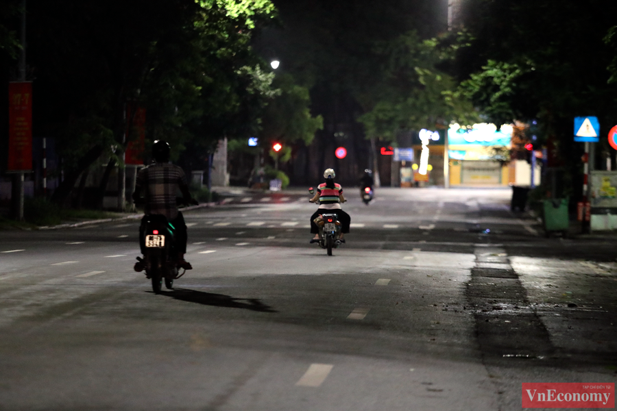 Trên đường phố chỉ còn một vài người dân vội vã trở về nhà sau khi kết thúc công việc của một ngày.