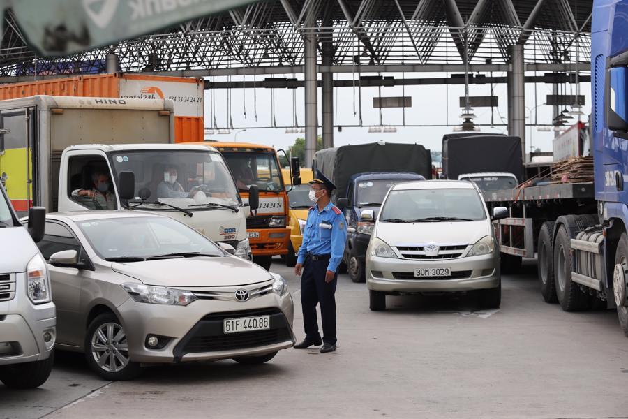 Lực lượng chức năng đã cố gắng phối hợp vừa kiểm tra điều kiện lưu thông của phương tiện, vừa phân luồng giao thông. Ảnh: Phương Thảo.
