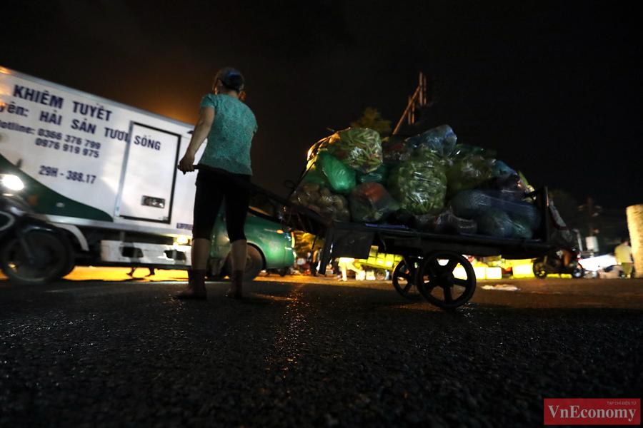Hà Nội: Người dân vội trở về nhà đêm trước ngày giãn cách - Ảnh 6