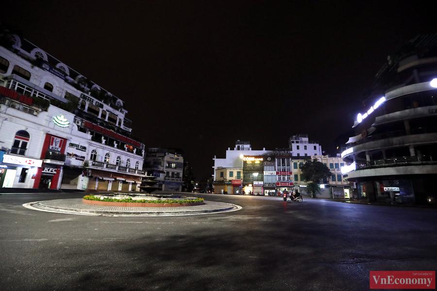 Hà Nội: Người dân vội trở về nhà đêm trước ngày giãn cách - Ảnh 3