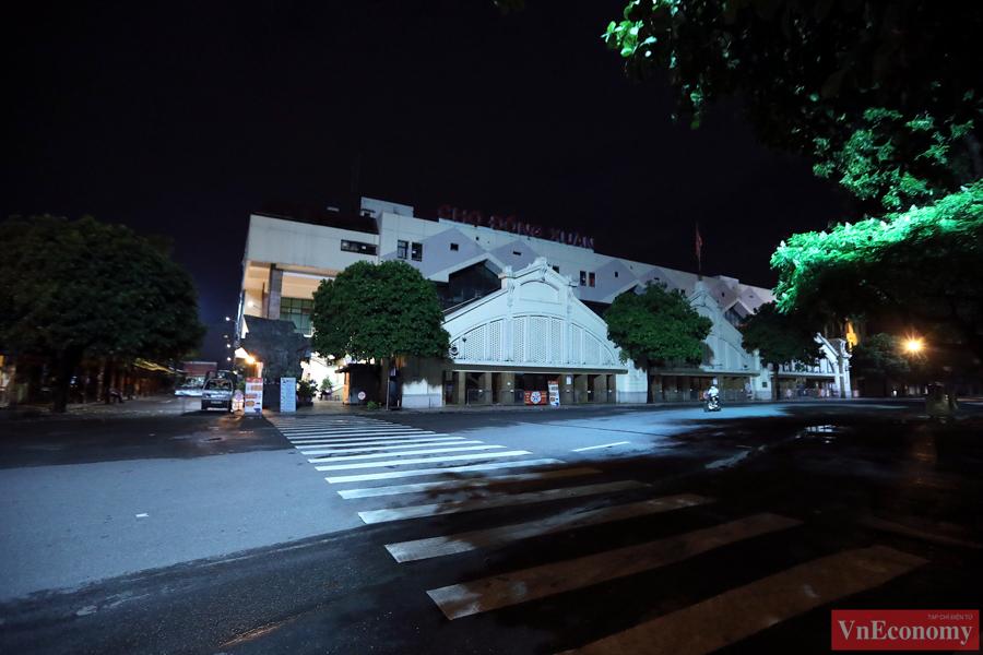 Hà Nội: Người dân vội trở về nhà đêm trước ngày giãn cách - Ảnh 1