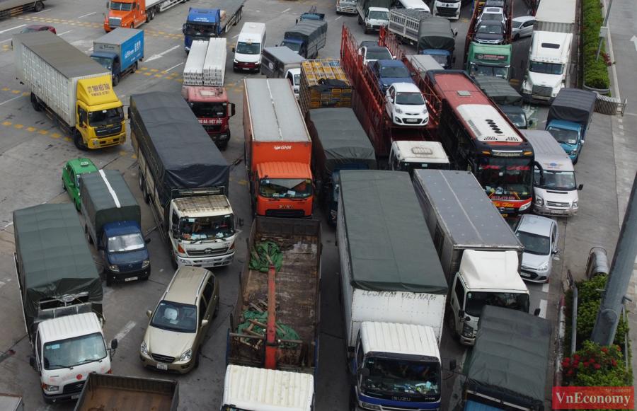 Cho đến tận chiều nay, 24/7, từng hàng dài các phương tiện vẫn đang tắc cứng tại trạm kiểm soát Pháp Vân - Cầu Giẽ đểkiểm tra điều kiện ra vào thành phố Hà Nội.
