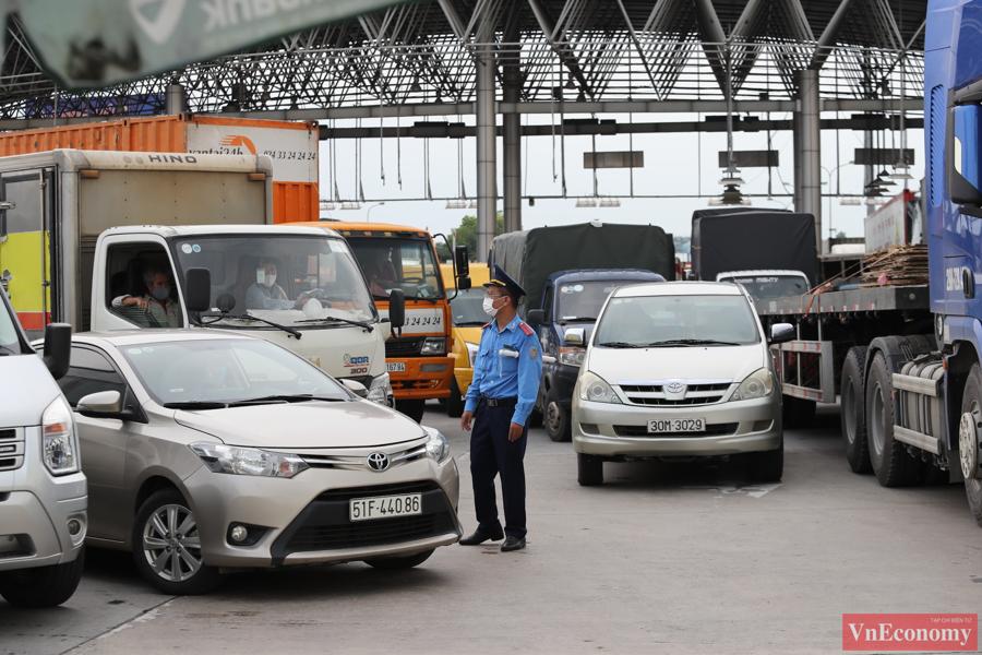 Lực lượng chức năng đã cố gắng phối hợp vừa kiểm tra điều kiện lưu thông của phương tiện, vừa phân luồng giao thông.