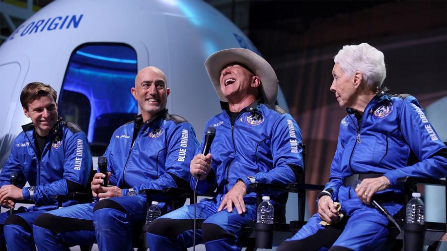 Cận cảnh chiếc đồng hồ theo tỷ phú Jeff Bezos bay lên rìa vũ trụ - Ảnh 1