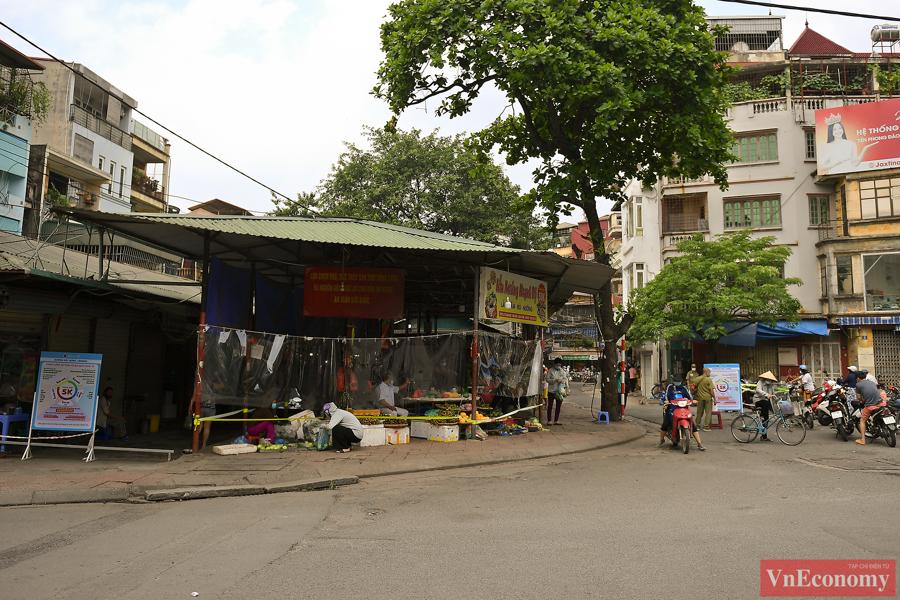 Hà Nội: Bà con tiểu thương quây nilon kín chợ dân sinh để bán thực phẩm thiết yếu - Ảnh 1