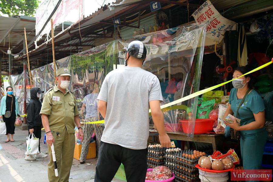 Ngoài việc tăng cường các biện pháp phòng dịch như: lắp tấm chắn, sát khuẩn tay trước khi vào chợ... ban quản lý chợ cũng thường xuyên nhắc nhở người dân giữ khoảng cách, mua bán nhanh...