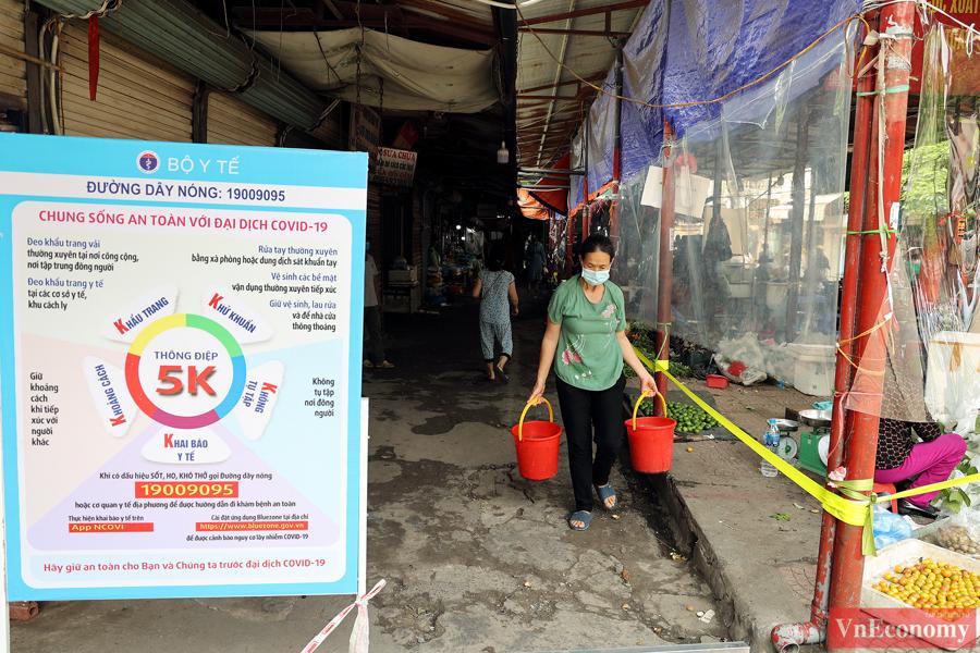 Hà Nội: Bà con tiểu thương quây nilon kín chợ dân sinh để bán thực phẩm thiết yếu - Ảnh 2