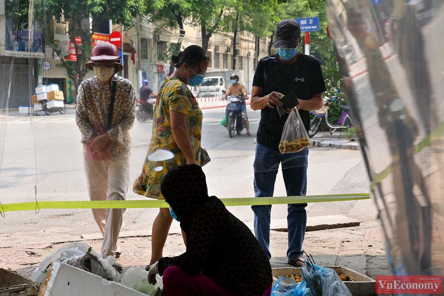 Hà Nội: Bà con tiểu thương quây nilon kín chợ dân sinh để bán thực phẩm thiết yếu - Ảnh 3
