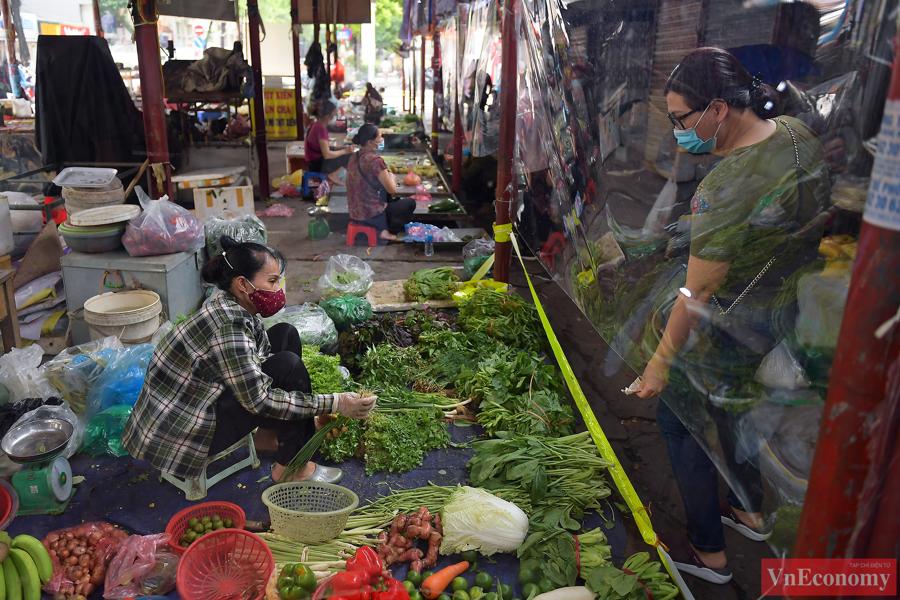 UBND phường Bách Khoa cũng đã chủ động lắp hệ thống rào chắn trong đường đi của khuôn viên chợ và yêu cầu người dân gửi xe bên ngoài, chỉ đi bộ vào chợ để tránh tập trung đông người.