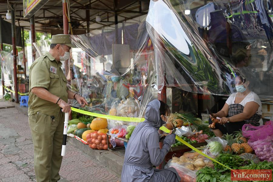 Hà Nội: Bà con tiểu thương quây nilon kín chợ dân sinh để bán thực phẩm thiết yếu - Ảnh 4