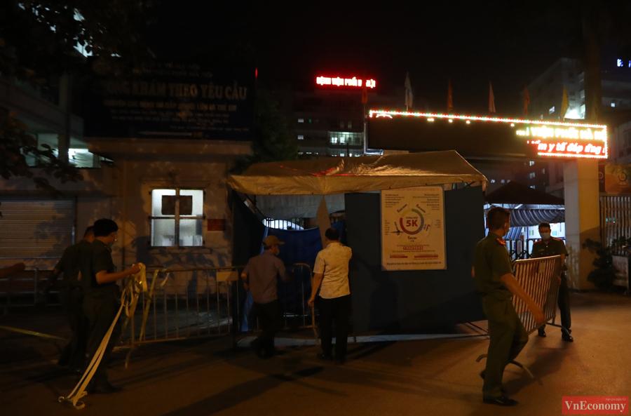 Khoảng 23h đêm ngày 25/7, lực lượng chức năng đã tiến hành dựng lều dã chiến để kiểm soát việc cách ly y tế tại Bệnh viện Phổi Hà Nội.