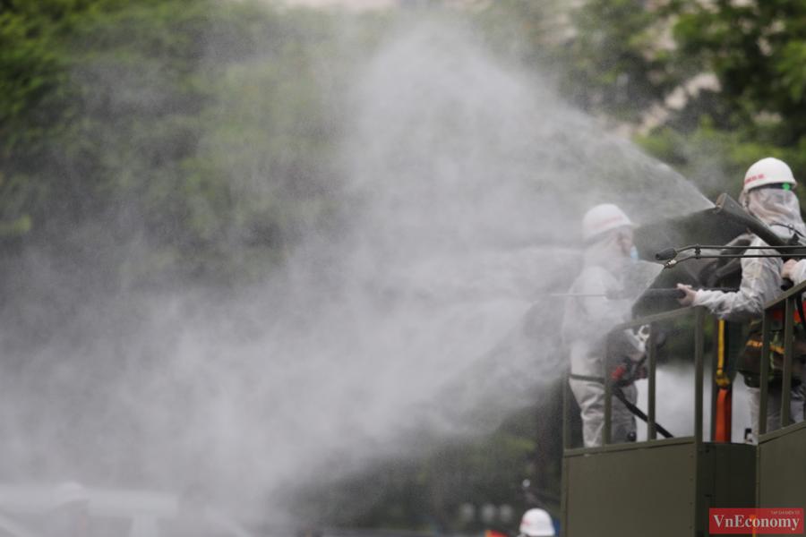 Xe đặc chủng phun khử khuẩn diện rộng tại Thủ đô Hà Nội - Ảnh 5