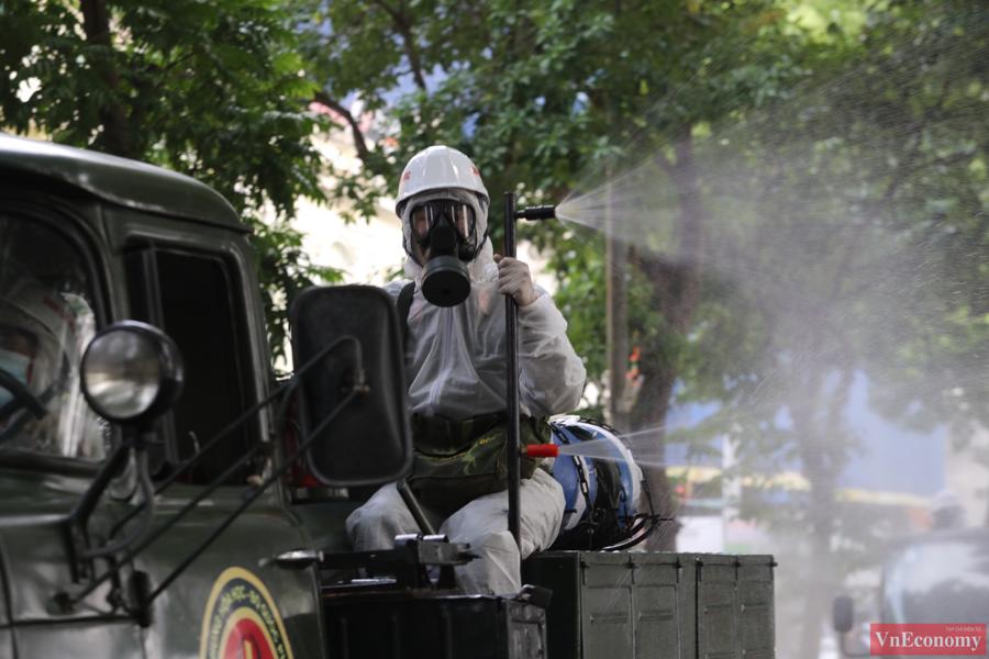 Xe đặc chủng phun khử khuẩn diện rộng tại Thủ đô Hà Nội - Ảnh 4