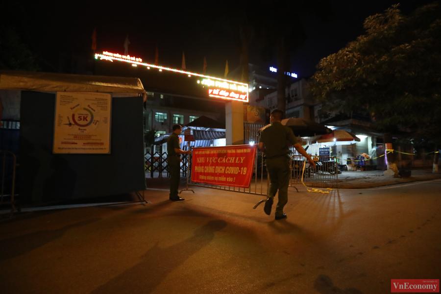 Dựng lều dã chiến phong tỏa Bệnh viện Phổi Hà Nội do có chùm ca bệnh chưa rõ nguồn lây - Ảnh 2