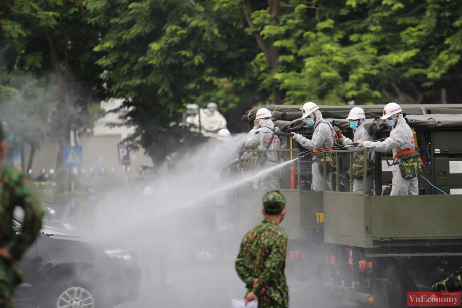 Xe đặc chủng phun khử khuẩn diện rộng tại Thủ đô Hà Nội - Ảnh 3