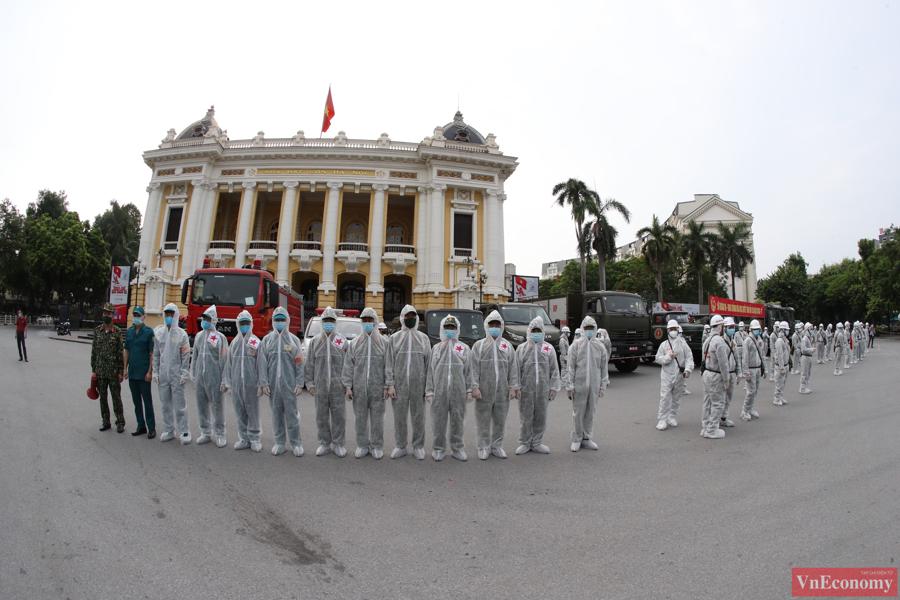 Xe đặc chủng phun khử khuẩn diện rộng tại Thủ đô Hà Nội - Ảnh 1