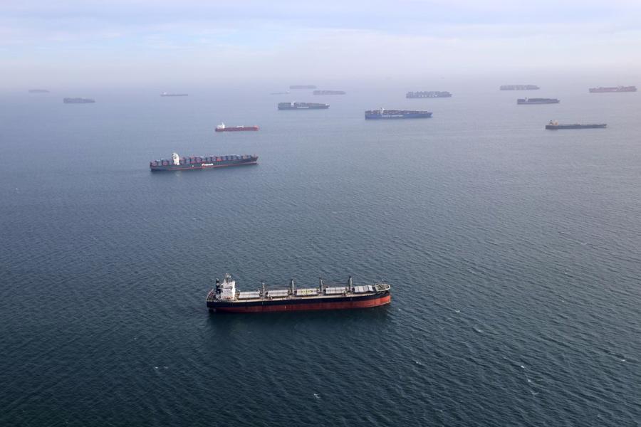 Những con tàu chở dầu và tàu container vật vờ ngoài khơi để chờ tới lượt vào cảng Long Beach, California, Mỹ, hồi tháng 4/2021 - Ảnh: Reuters.