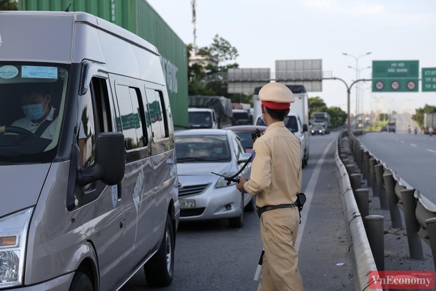 Trục đường này có rất nhiều xe từ khu công nghiệp ở Bắc Ninh, Bắc Giang ra cảng Hải Phòng và đi Lạng Sơn.