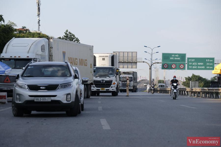 Tại chốt kiểm soát cầu Phù Đổng hướng vào TP.Hà Nội, hôm nay đã thông thoáng hơn nhiều.