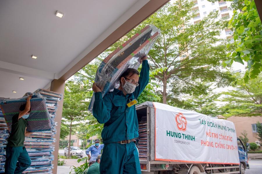 5.000 chiếc giường xếp do Hưng Thịnh trao tặng nhanh chóng được chuyển đến bệnh viện dã chiến thu dung điều trị Covid-19.