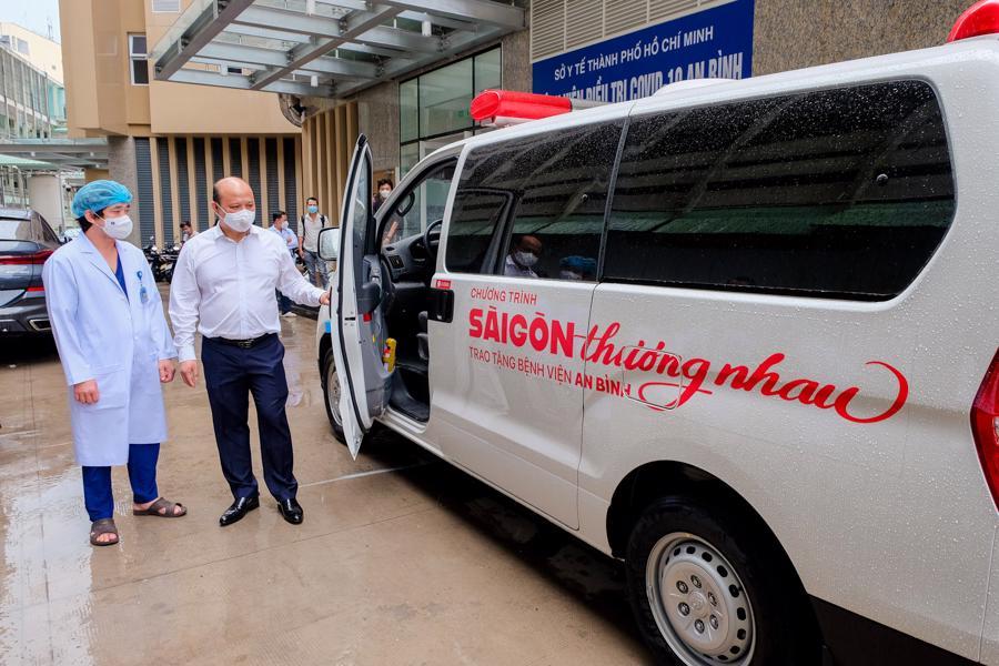Ông Lê Trọng Khương - Phó Chủ tịch Tập đoàn Hưng Thịnh kiêm Tổng Giám đốc Hưng Thịnh Land tại buổi trao tặng 1 xe cứu thương cho Bệnh viện điều trị Covid-19 An Bình.