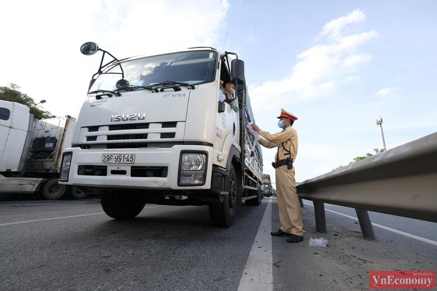 Tại chốt cầu Phù Đổng, trong 2 ngày đầu tiên TP Hà Nội thực hiện giãn cách theo chỉ thị 16, đã xảy ra ùn tắc kéo dài.