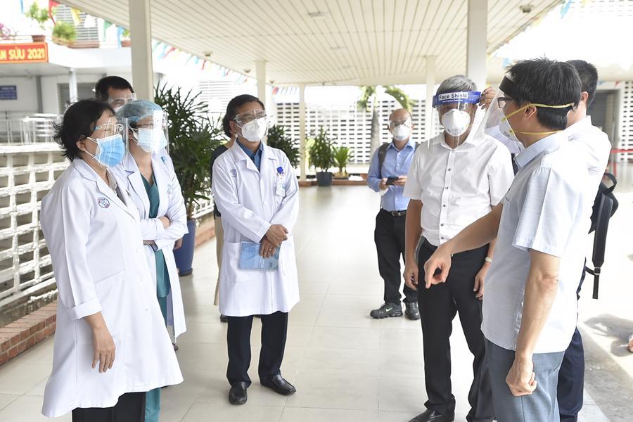 Phó Thủ tướng Vũ Đức Đam trao đổi với bác sĩ Bệnh viện Chợ Rẫy về công tác điều trị bệnh nhân Covid-19 nặng, nguy kịch. Ảnh - VGP.