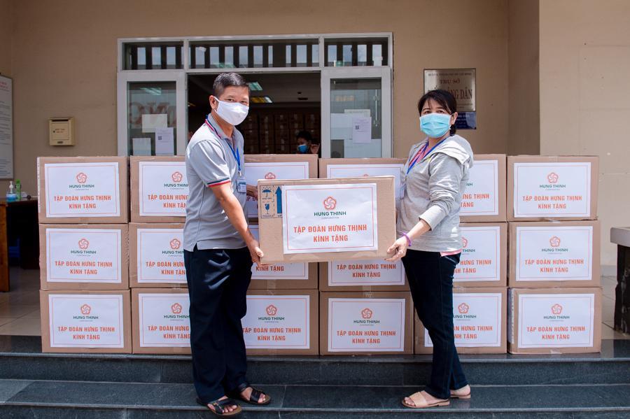 Tập đoàn Hưng Thịnh trao tặng 50.000 bộ kit xét nghiệm SARS-CoV-2cho đại diện UBND thành phố Thủ Đức, Tp.HCM.