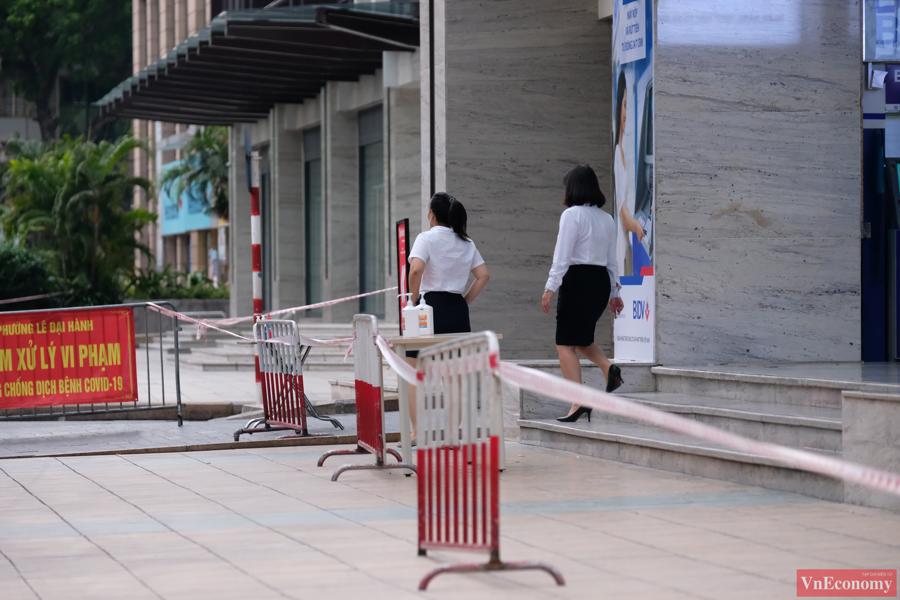 Một bảo vệ nghi nhiễm Covid-19, Hà Nội phong tỏa tạm thời Vincom Center Bà Triệu - Ảnh 5