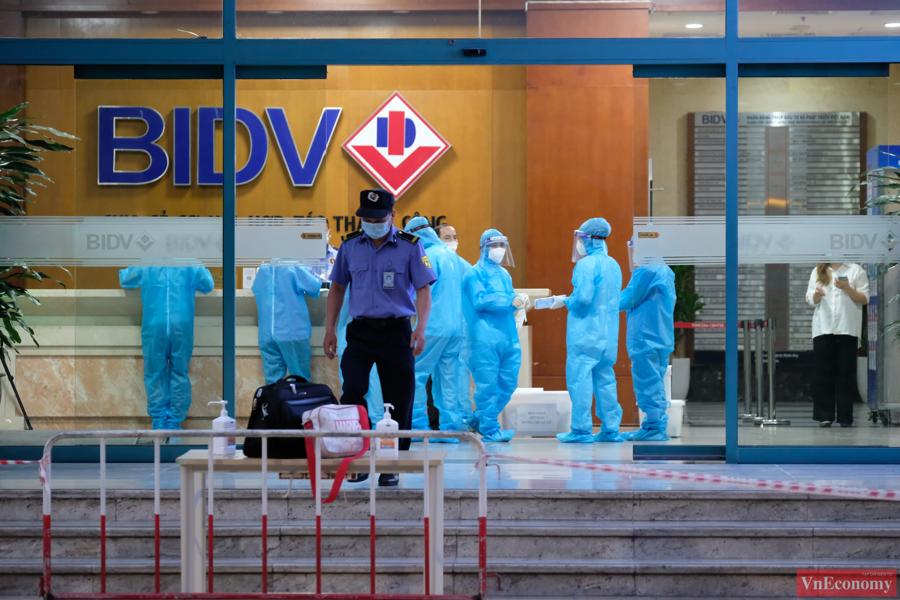 Toàn bộ nhân viên công sở bên trong Vincom Center Bà Triệu được yêu cầu không rời khỏi vị trí làm việc, người dân không xuống tụ tập tại tầng 1 của tòa nhà cho đến khi có thông báo tiếp theo.