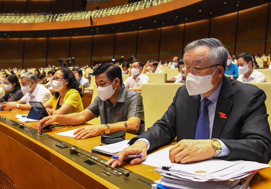Đại biểu Quốc hội bấm nút biểu quyết thông qua Nghị quyết . Ảnh: Quochoi.vn