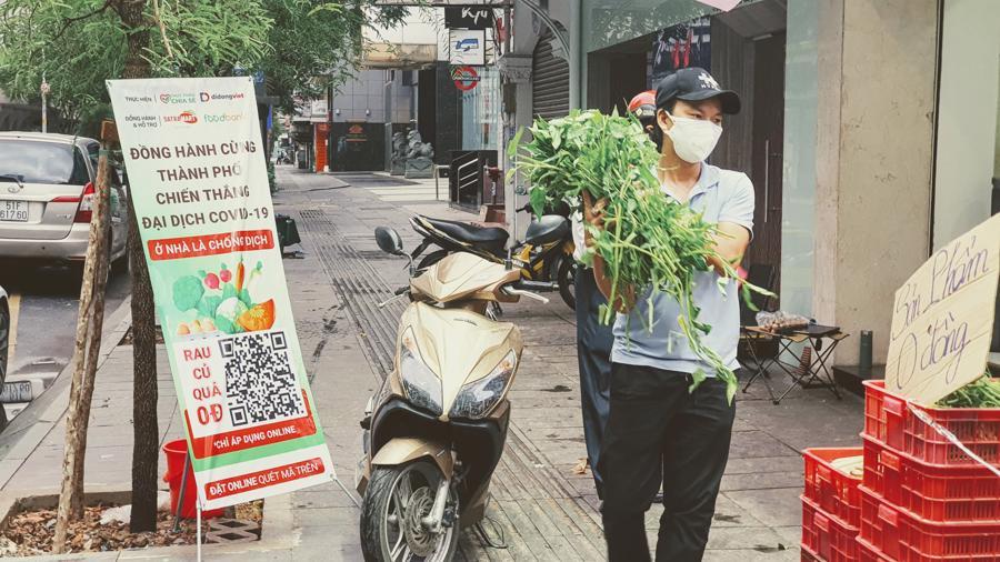 Nhiều cửa hàng như Foodshare Market lo lắng nhiều đơn hàng rau củ quả, thực phẩm không có ai giao hàng và phải vứt bỏ rau bị hư...