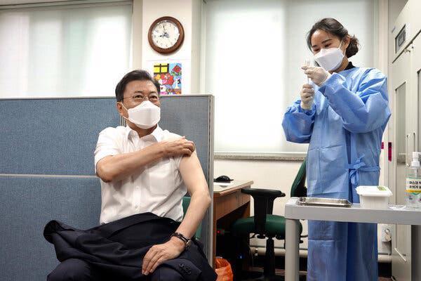 Tổng thống Hàn Quốc Moon Jae-in tiêm vaccine AstraZeneca hồi tháng 4 - Ảnh: Yonhap