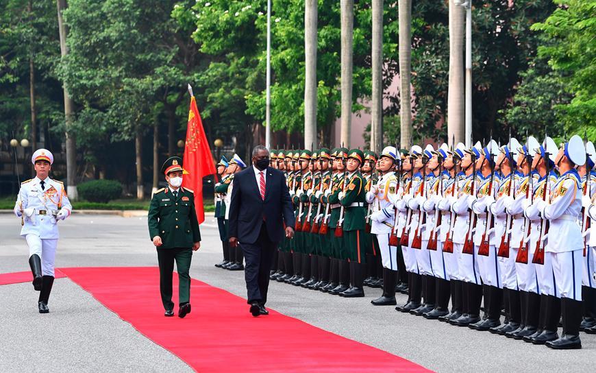 Bộ trưởng Phan Văn Giang và Bộ trưởng Lloyd Austin duyệt Đội danh dự Quân đội nhân dân Việt Nam - Ảnh: QĐND