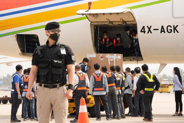 Lô vaccine Pfizer do Israel gửi về đến sân bay quốc tế Incheon gần Seoul vào đầu tháng 7 - Ảnh: AP