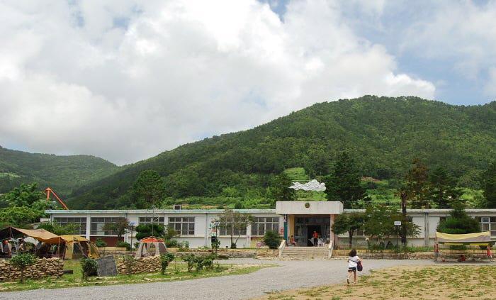 Các tỉnh khác, như Gyeongsangnam - nơi có tới 584 trường học bỏ hoang, đã cho phép người thuê biến các trường học bỏ hoang thành bảo tàng. Ở huyệnNamhae, tỉnhGyeongsangnam, trên nền của trường tiểu học Seongnam cũ đóng cửa vào năm 1999, triển lãm nghệ thuật Kil Hyun được mở vào năm 2010.
