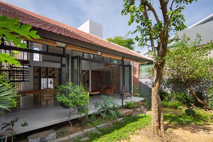 Ngôi nhà có diện tích xây dựng 125 m2, mặt tiền hướng Nam.Diện tích vườn sau 75 m2mở ra không gian thiên nhiên xanh mát.