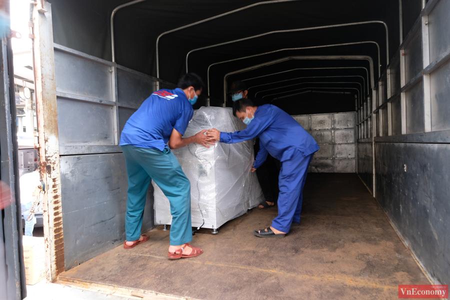 Cận cảnh toa tàu vận chuyển trang thiết bị y tế vào TP.HCM - Ảnh 3