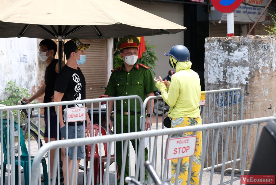 Sáng 31/7, nhiều người dân không thể vào khu vực phong toả và được lực lượng chức năng tuyên truyền, giải thích.