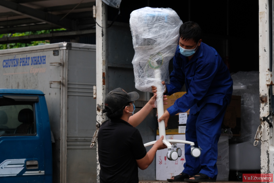 Chiều 31/7, các trang thiết bị này đã được tập kết tại Ga Hà Nội để chuyển xếp lên toa tàu.