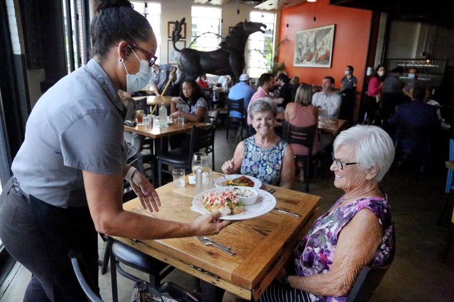Người Mỹ ăn uống thoải mái trong một nhà hàng ở Tampa, Florida, Mỹ, sau khi tỷ lệ tiêm chủng ở nước này đạt mức cao - Ảnh: Zuma/WSJ.